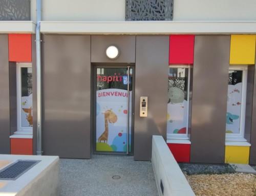 Habillage vitrine crèche Hapili de Publier Groupe Léo & Léa